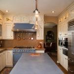 Серая поверхность кухонного стола