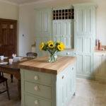 Букет желтых цветов на кухонном столе