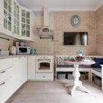 Диванчик-скамья в кухне с угловым гарнитуром