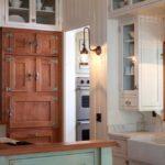 Винтажныйсветильник на стене кухни