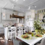 Белый потолок кухни в загородном доме