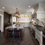Паркетная укладки плитки на полу кухни