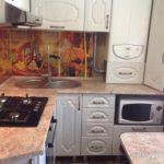 Угловой гарнитур в маленькой кухне