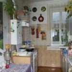 Узкая кухня с фотообоями на стене