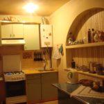 Открытая полка в нише кухонной стены