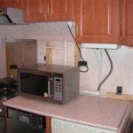 Микроволновка на кухонной столешнице