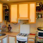 Газовая плита в кухонном гарнитуре