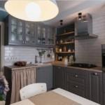 Серый гарнитур в кухне деревенского стиля