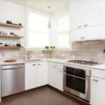 Белая мебель в кухне частного дома