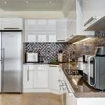 Мозаичный фартук в угловой кухне