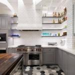 Шестиугольная плитка на полу кухни
