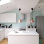 Дизайн белой кухни в мансарде загородного дома