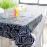 Кухонная скатерть темного цвета с геометрическим принтом