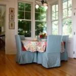 Голубые чехлы на кухонных стульях