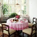 Две скатерти на одном столе круглой формы