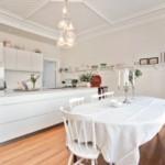 Скатерть в интерьере кухни стиля минимализм