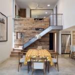 Обеденная зона кухни-гостиной с лестницей