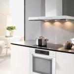Т-образная вытяжка в интерьере кухни в стиле минимализма