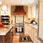 Каминная вытяжка в кухне загородного дома