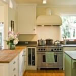 Деревянный пол кухни в частном доме