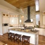 Деревянный потолок кухни в загородном доме