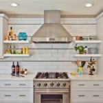 Открытые полочки по бокам кухонной вытяжки