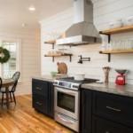 Подвесная вытяжка в интерьере кухни без навесных шкафов