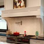 Встроенная вытяжка в кухне классического стиля