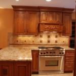 Кухонный гарнитур с вытяжкой для классической кухни