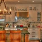 Потолочный светильник на кухне с островом
