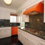 Яркая поверхность кухонной вытяжки