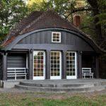 Красивая летняя кухня в виде отдельно стоящего домика
