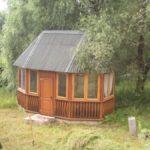 Небольшая летняя кухня в укромном уголку сада