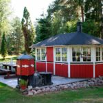 Летняя кухня с площадкой для отдыха на свежем воздухе
