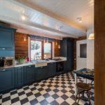 Шахматная укладка плитки на полу в кухне
