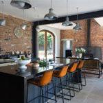 Дизайн просторной кухни с кирпичными стенами