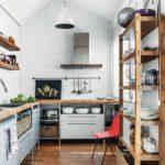 Светлая кухня в дачном домике