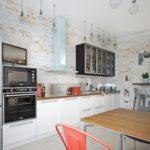 Беленные стены кухни с высоким потолком