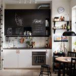 Грифельная доска над рабочей зоной кухни