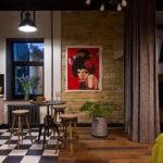 Плакат в интерьере кухни-гостиной