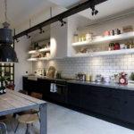 Открытые полки в кухне прямой планировки