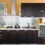 Темные фасады линейного гарнитура для кухни в хрущевке