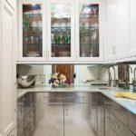 Стеклянные дверцы на кухонном гарнитуре
