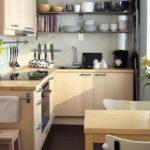 Кухонная посуда на открытых полках