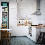 открытая вытяжка на кухонной стене