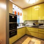 Кухонная мебель с желтыми дверцами