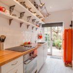 Красный холодильник в кухне дачного домика
