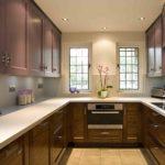 два узких окна в торцевой стене кухни