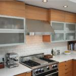 Матовые стекла в рамочных фасадах кухонного гарнитура