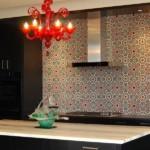 Красная люстра над кухонным столом